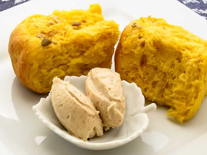 Savory Pumpkin Honey Dinner Rolls with Maple Pumpkin Spice Butter | LunaCafe